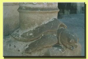 Gaudi_turtle_column
